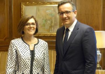 La presidenta de la Cámara, Rosa Peñalver, recibe al delegado del Gobierno en la Región de Murcia, Diego Conesa