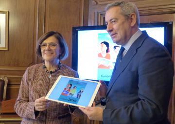 La presidenta de la Asamblea, Rosa Peñalver, recibe el proyecto de Ley de Presupuestos 2019 de manos del consejero de Hacienda