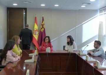 La presidenta de la Asamblea Regional, Rosa Peñalver, recibe a Auxilia Murcia