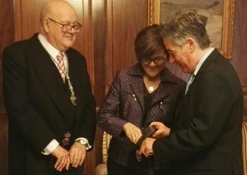 Rosa Peñalver ha recibido a los hermanos de la Junta de Gobierno del Hospital de Caridad, Joaquín Roca Dorda y José Vicente Albaladejo