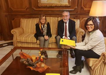 La presidenta de la Asamblea, Rosa Peñalver, recibe el Barómetro de Primavera del CEMOP