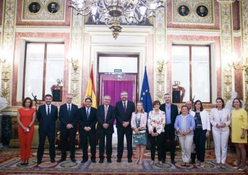 La presidenta del Congreso de los Diputados, Ana Pastor, ha recibido a la delegación del Parlamento regional en el Salón de los Pasos Perdidos