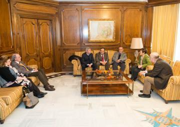 La presidenta de la Asamblea Regional de Murcia, Rosa Peñalver, ha recibido esta mañana a miembros del Patronato Fundación de Centros Históricos e Investigaciones Locales de la Región de Murcia