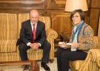 El consejero de Hacienda y Administraciones Públicas, Andrés Carrillo, entrega a la presidenta de la Cámara autonómica, Rosa Peñalver, el documento en una pulsera electrónica